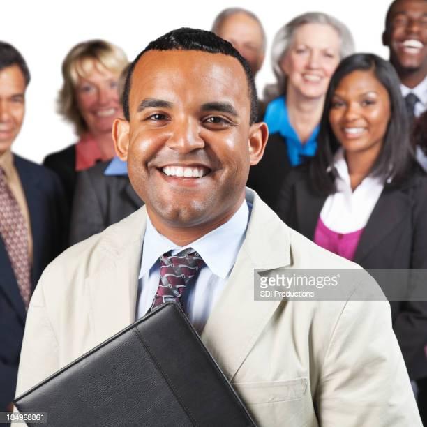 Confiant Homme d'affaires en face de l'équipe ou collègues