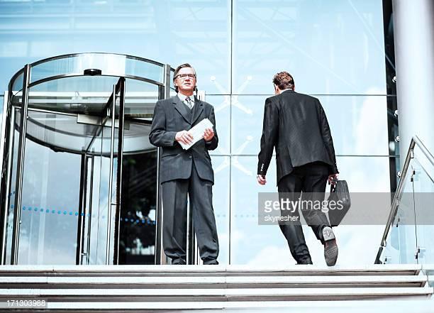 Confiant Homme d'affaires à l'extérieur de l'immeuble de bureaux.