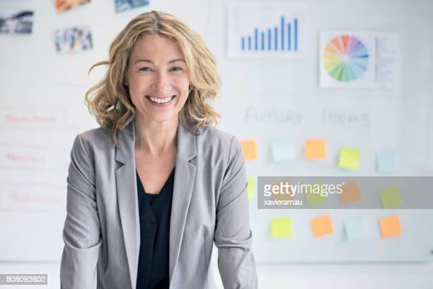 Femme d'affaires confiant contre whiteboard