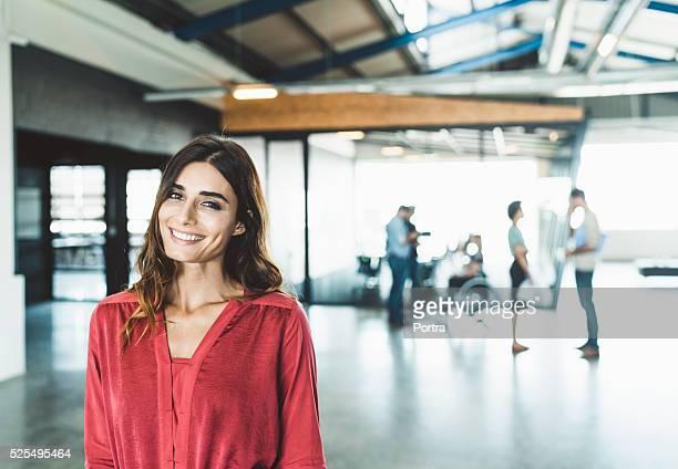 Lächelnd zuversichtlich Geschäftsfrau in kreative Büro