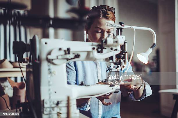 Fiducioso artigiana lavorando nel suo laboratorio
