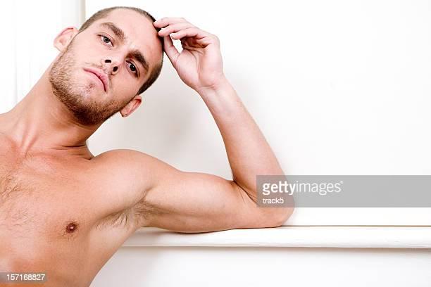 Confianza en contacto con los ojos de un hombre sin camisa atractivo modelo