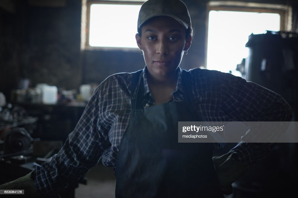 Confident female blacksmith : Bildbanksbilder
