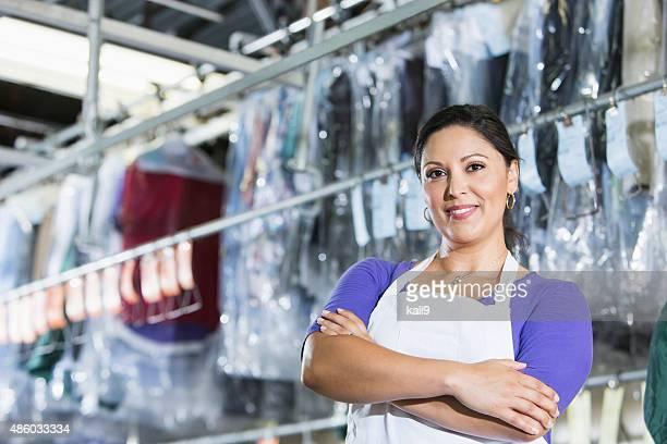 Confiant hispanique femme dans sa boutique de nettoyage à sec