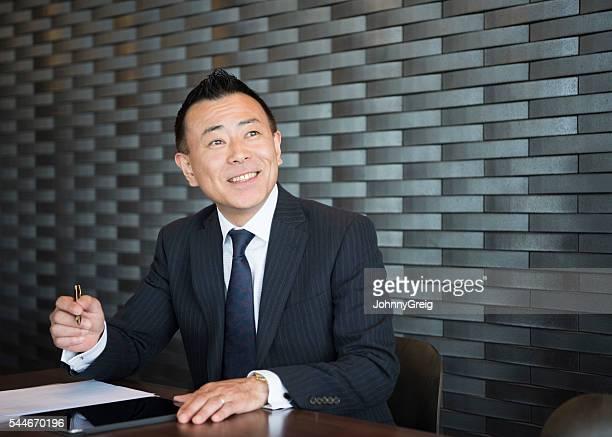 自信に満ちた日本実業家際のメモ、笑顔