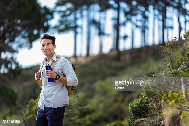 Confiant mâle debout dans la forêt de randonnée