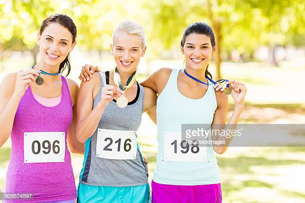 Zuversichtlich Marathon-Läufer, mit Medaillen im Park