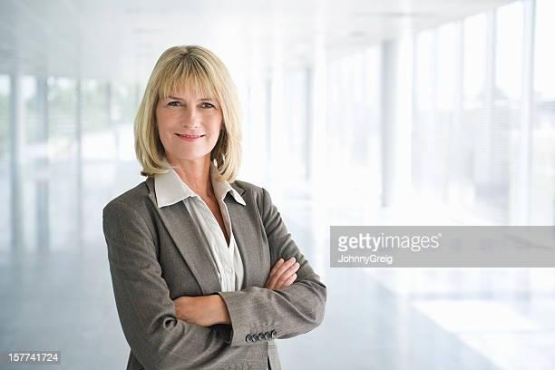 Zuversichtlich Reife Geschäftsfrau mit Arme verschränkt