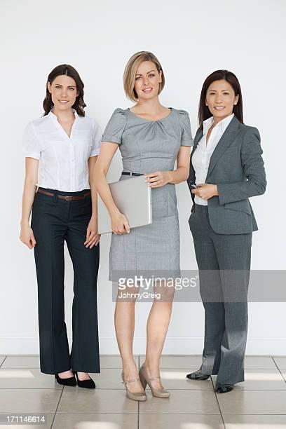 Zuversichtlich Multi ethnischen Geschäftsfrauen