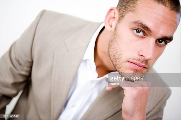 大胆なポーズのスーツを着ている男性モデル