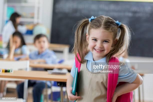 Zuversichtlich Vorschulkind in ihrem Klassenzimmer