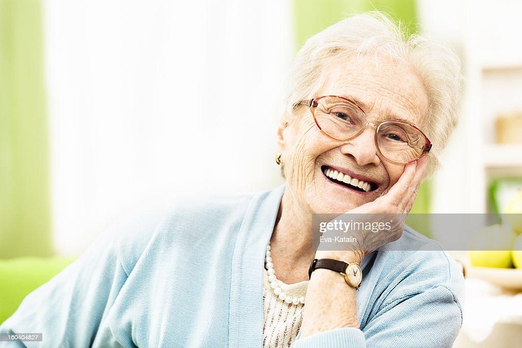 Zuversichtlich senior Frau lächelt in die Kamera. : Stock-Foto