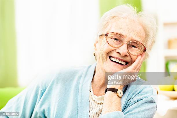 Zuversichtlich senior Frau lächelt in die Kamera.