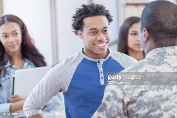 自信を持って若い男が採用担当者と協議します。