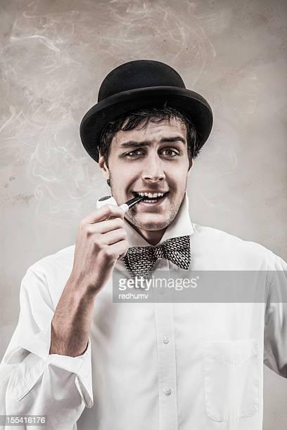 Seguros de joven hombre Retro corbata de moño y bombín