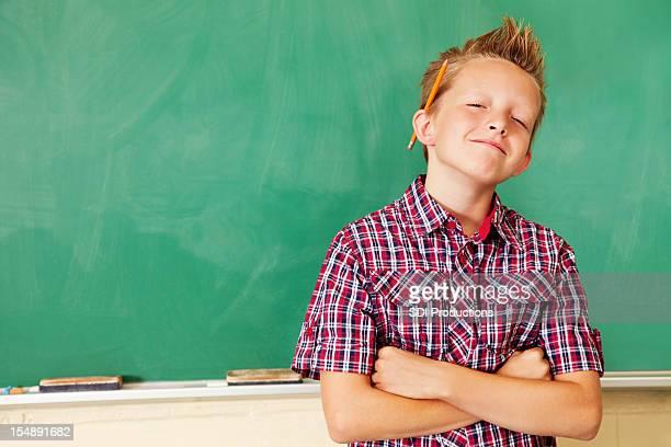 Zuversichtlich junger Student auf Tafel mit einem Textfreiraum