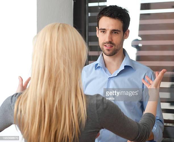 confrontation entre un couple homme et femme discuter le litige