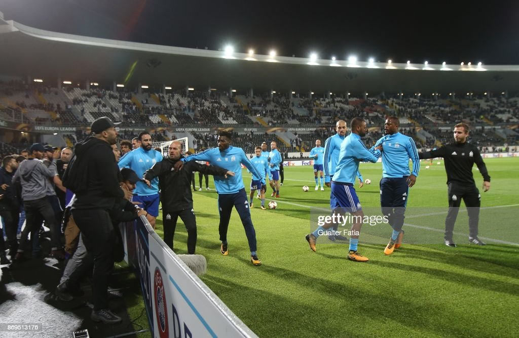 Confrontations between Olympique Marseille supporters and players before the start of the UEFA Europa League match between Vitoria de Guimaraes and Olympique Marseille at Estadio D. Afonso Henriques on November 2, 2017 in Guimaraes, Portugal.
