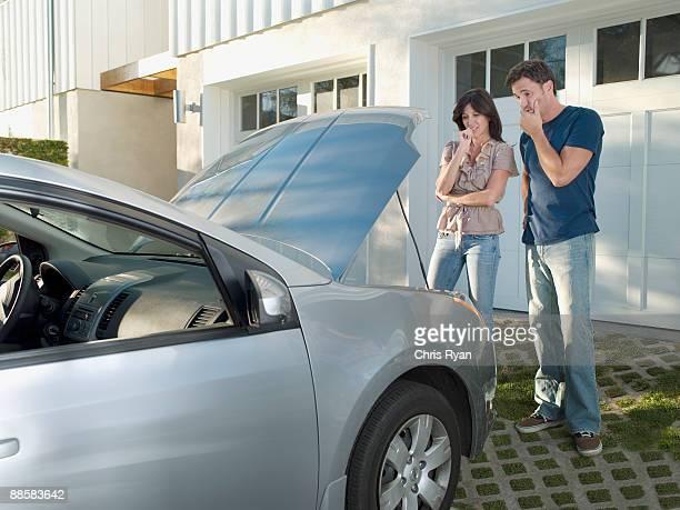 Verwirrt paar suchen im Auto-Motor
