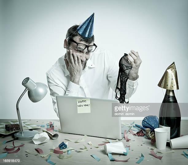 Verwirrt Mann im Büro nach New Year's Day-party