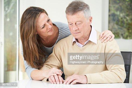 Verwirrt alter Mann mit Erwachsenen Tochter im Hause : Stock-Foto