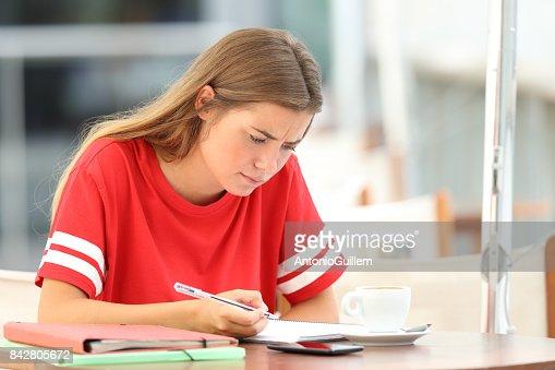 Estudiante confundido en una tienda de café : Foto de stock