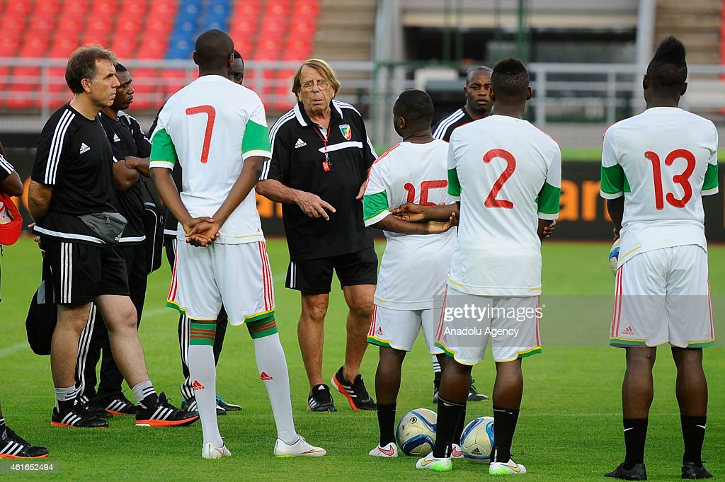 Congo's head coach <a gi-track='captionPersonalityLinkClicked' href=/galleries/search?phrase=Claude+Le+Roy&family=editorial&specificpeople=790794 ng-click='$event.stopPropagation()'>Claude Le Roy</a> (C) talks to players during a training session at Bata stadium on January 16, 2015 in Bata, Equatorial Guinea. Congo's national football team will face Equatorial Guinea's national football team in the Africa Cup of Nations (CAN) football tournament on January 17, 2015 in Equatorial Guinea.