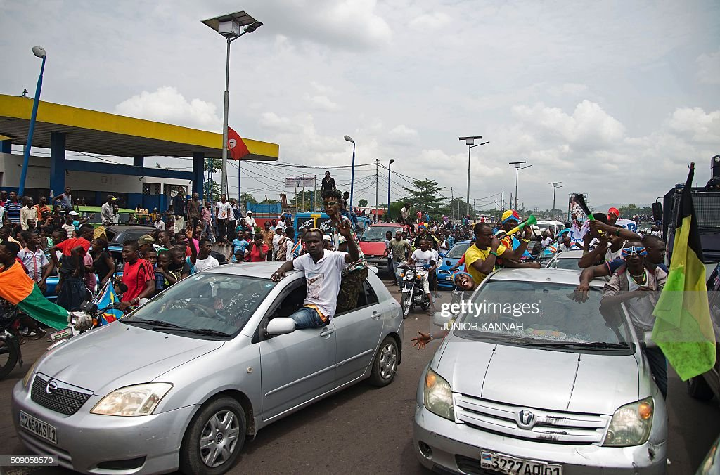 DR Congo's Leopards supporters wait to catch a glimpse of the soccer players after they returned to the county's capital Kinshasa following their win over Mali in the Champions of African Nations Championship (CHAN) final match, on February 8, 2016. DR Congo won the final match of the tournament against Mali by three goals to nil at Amahoro National Stadium in Kigali on February 7, 2016. / AFP / JUNIOR KANNAH