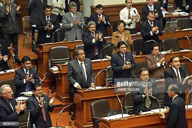Congresistas peruanos aplauden luego de votar por unanimidad la ley de bases sobre dominio maritimo el 03 de noviembre de 2005 en Lima la cual ha...