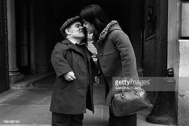 Congress Of Dwarfs In Paris France Paris 5 avril 1976 Le couple de nains Patricia et Marcel GUEGAN âgés respectivement de 21 et 50 ans s'embrassent...