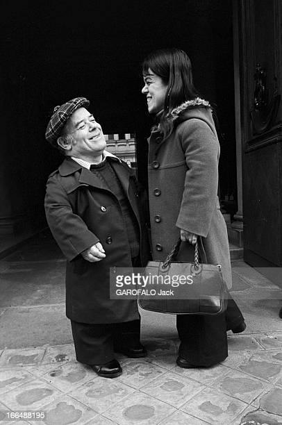 Congress Of Dwarfs In Paris France Paris 5 avril 1976 Le couple de nains Patricia et Marcel GUEGAN âgés respectivement de 21 et 50 ans se tiennent...