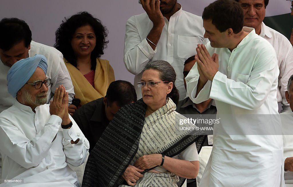 Congress party Vice-President Rahul Gandhi (R) gestures towards former Indian prime minister Manmohan Singh (L) as Congress Party President Sonia Gandhi (C) looks on during the start of a protest march in New Delhi on May 6, 2016. Former Indian prime minister Manmohan Singh, Congress Party President Sonia Gandhi and party Vice-president Rahul Gandhi were briefly arrested at a police station and later released during a 'Save Democracy' protest march against the ruling Bharatiya Janata Party (BJP). / AFP / MONEY