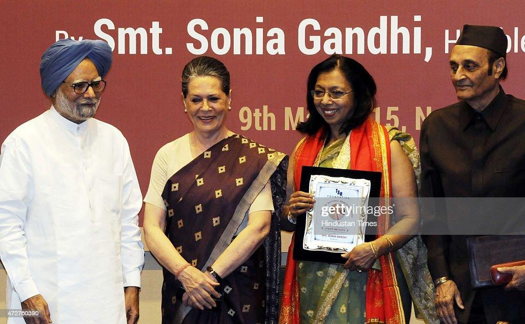 Congress President Sonia Gandhi Presents GK Reddy Memorial National Award To Late Vinod Mehta