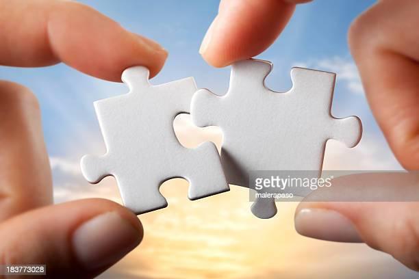 De connexion. Mains essayant de forme de deux pièces de puzzle ensemble.