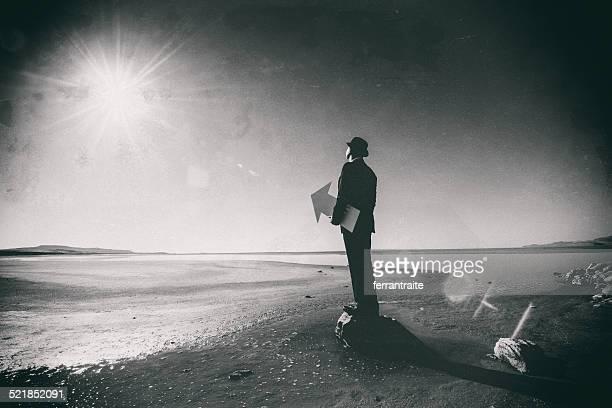 Connoisseur holding an arrow pointing the sun