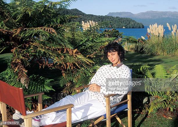 Conny Glogger PRO 7 Serie 'Glueckliche Reise ' Folge 10 'Neuseeland' Rotorua/Neuseeland TaraweraSee Sonnenbrille Schauspielerin Promis Prominente...