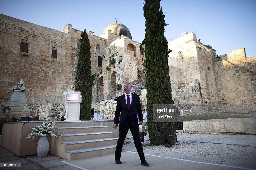 Broadcaster glenn beck hosts rally at jerusalem s western wall