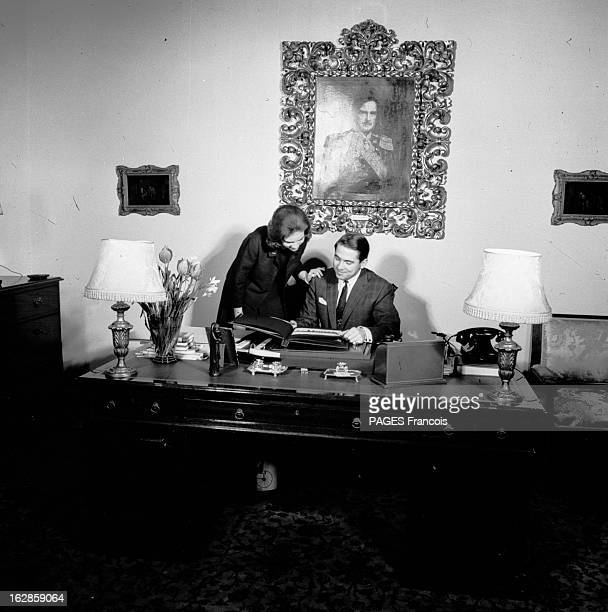 Constantine Ii Of Greece Le 27 novembre 1963 à Athènes en Grèce assis à son bureau sous le portrait de son père CONSTANTIN II DE GRECE souriant...