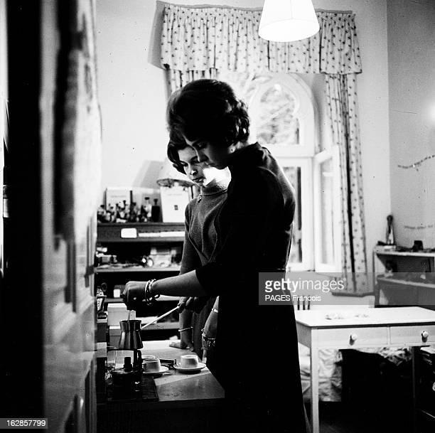Constantine Ii Of Greece Le 27 novembre 1963 à Athènes en Grèce dans une pièce du palais ANNEMARIE DE DANEMARK la fiancée de CONSTANTIN II DE GRECE...