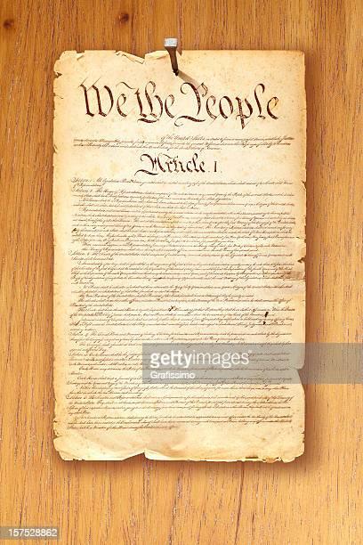Constitution fixes avec manucure sur fond en bois