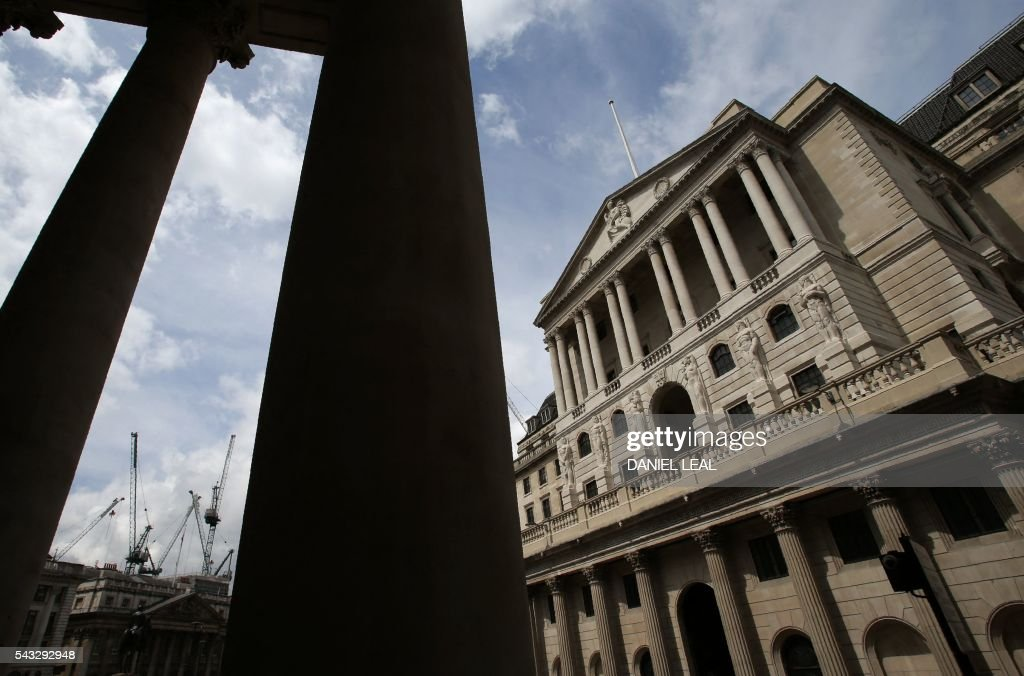 Construction cranes stand on the horizon beyond the Bank of England in the City of London on June 27, 2016. Britain should only trigger Article 50 to leave the EU when it has a 'clear view' of how its future in the bloc looks, finance minister George Osborne said Monday following last week's shock referendum. London stocks extended their losses in early afternoon Monday, led by banking, airline and property shares, following Britain's vote to leave the EU. / AFP / Daniel Leal-Olivas