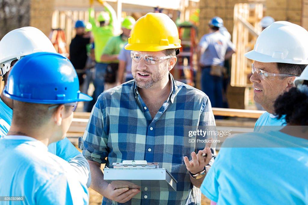 Bau manager mit Bauarbeitern : Stock-Foto