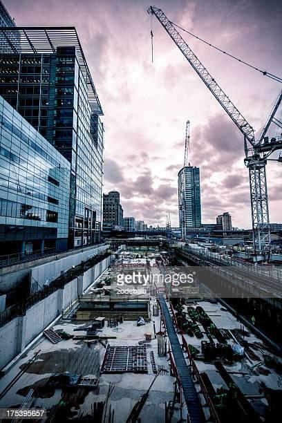 Baustelle und Gebäude in London bei Sonnenuntergang