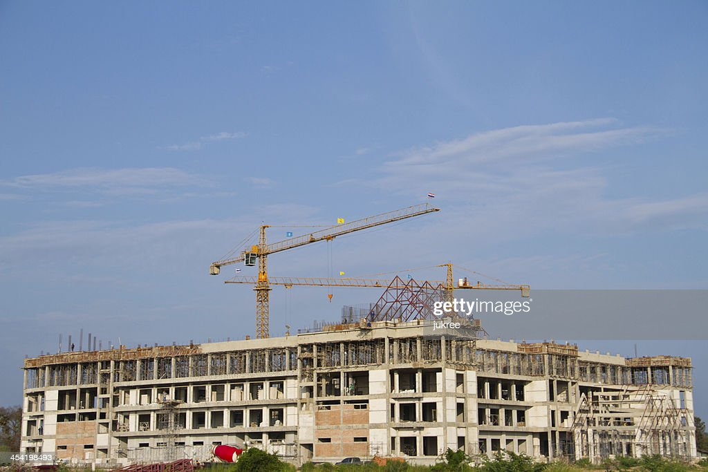 No local da construção com Guindaste e edifício : Foto de stock