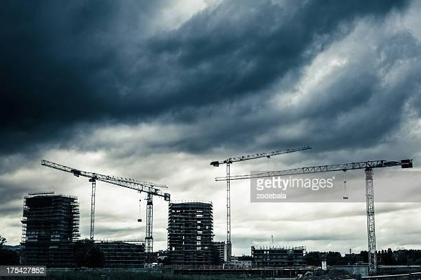 Baustelle mit Kranichen und bewölkten Himmel