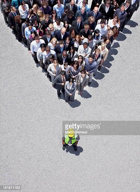 Ouvrier du bâtiment, au Sommet du pyramid formé par les voyageurs d'affaires