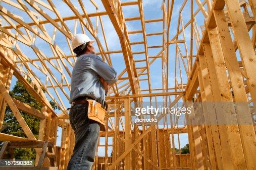 Bauarbeiter mit hölzernen Gebäude frame