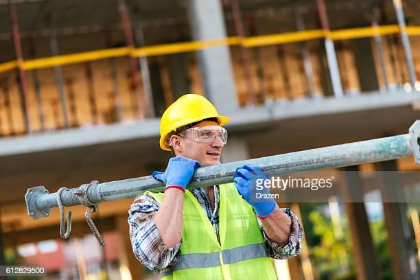 Travailleur de la construction sur le site de construction