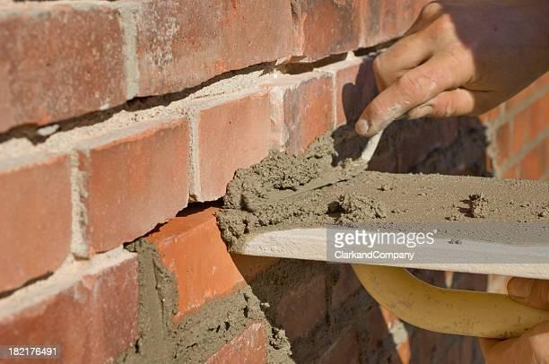Construction Travailleur Repointing de briques avec de nouveaux ciment