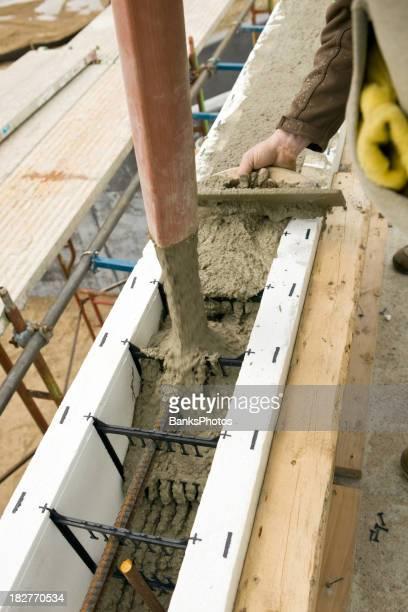 Bauarbeiter mit einer Kelle-Handwerk und Garten zur Ebene Eingießen konkrete